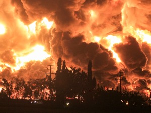 RTS :: Fire at an oil refinery in Indonesia