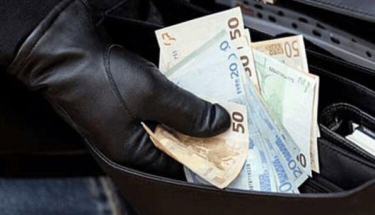 Vjedhin para në xhami dhe kishë